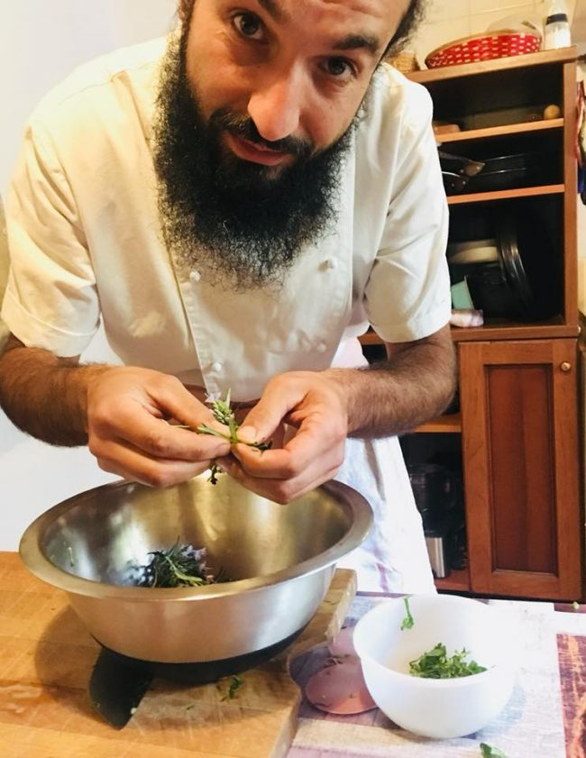 Fattoria La Capra Campa Valerio Meregalli all'opera in cucina
