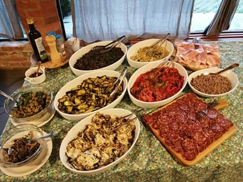 La cucina di Cascina Contina con gli ortaggi dell'orto e i prodotti tipici del territorio
