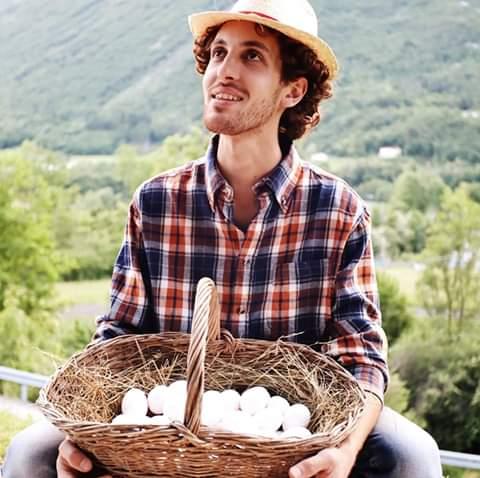 Il Contadino Simo con le uova delle sue galline